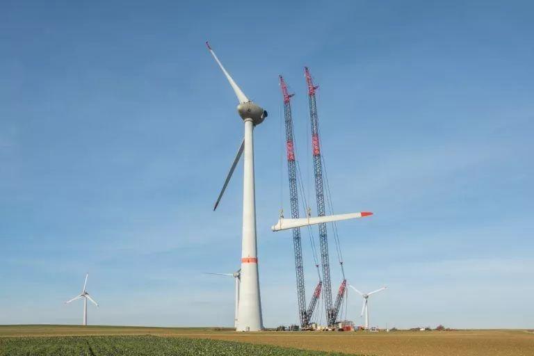 挑战成为可能 两台德马格CC3800 136米高空拆除风机叶片