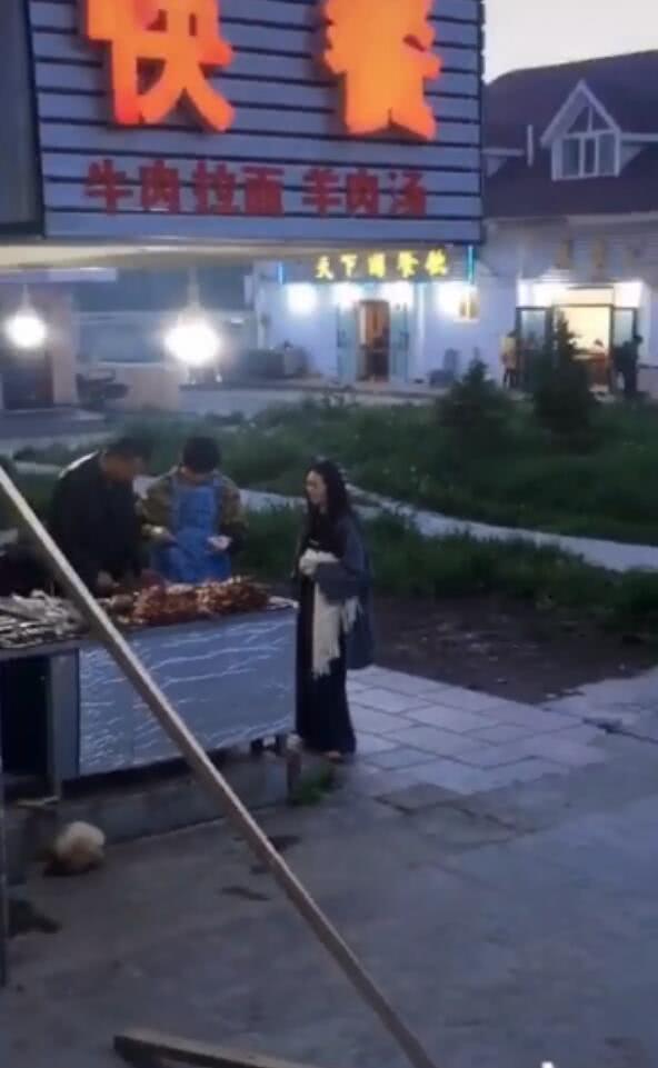 向佐郭碧婷新疆路边吃烤串,向佐行为宠妻,郭碧婷穿着宽松引猜测