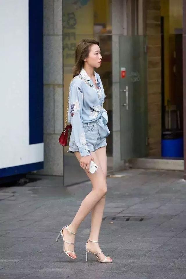美女蓝色高跟鞋踩蛋_美女穿上高跟鞋,搭配出气质的女人味_魅力