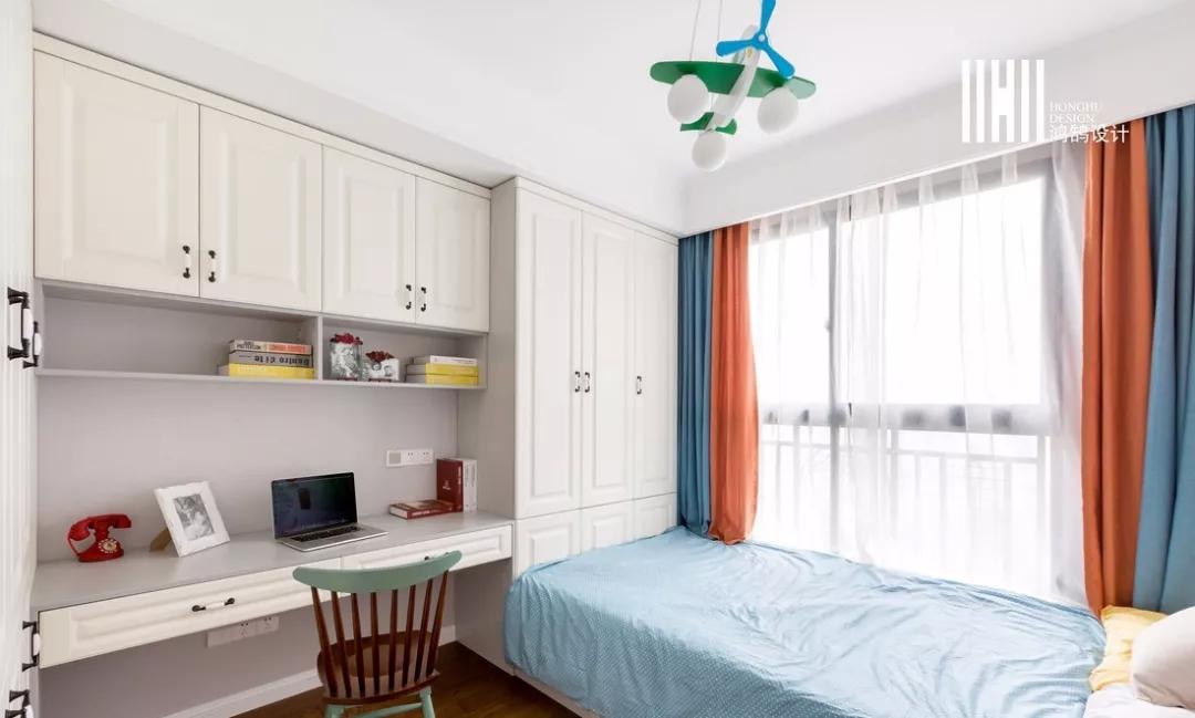 书桌等组合在一起,好处是省空间,视觉感整洁大方,十分适合小卧室.