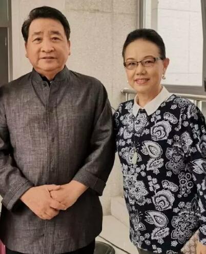 姜昆妻子近照曝光,结婚42年两人依旧恩爱如初