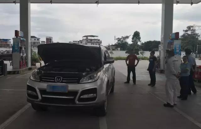 多名警察出动!桂林男子加油站里