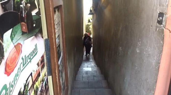 街道如此狭窄,当然不是什么样的人都可以进去体验的,对于胖子及重量级游客,是绝对不允许通过的