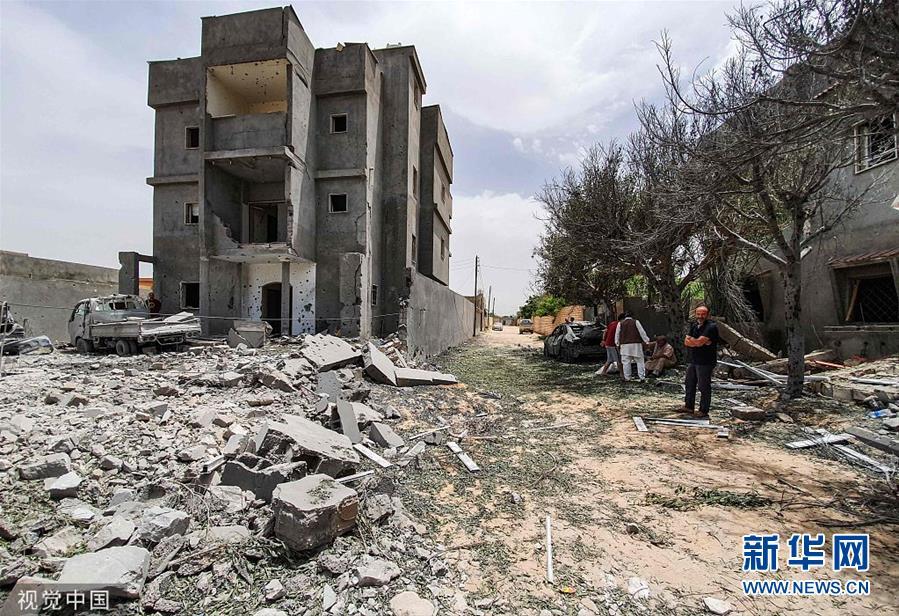 利比亞首都南部遭空襲 建築變成一片廢墟_中國