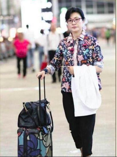 51岁周涛素颜现身机场,身材瘦弱皮肤超好 作者: 来源:猫眼娱乐V