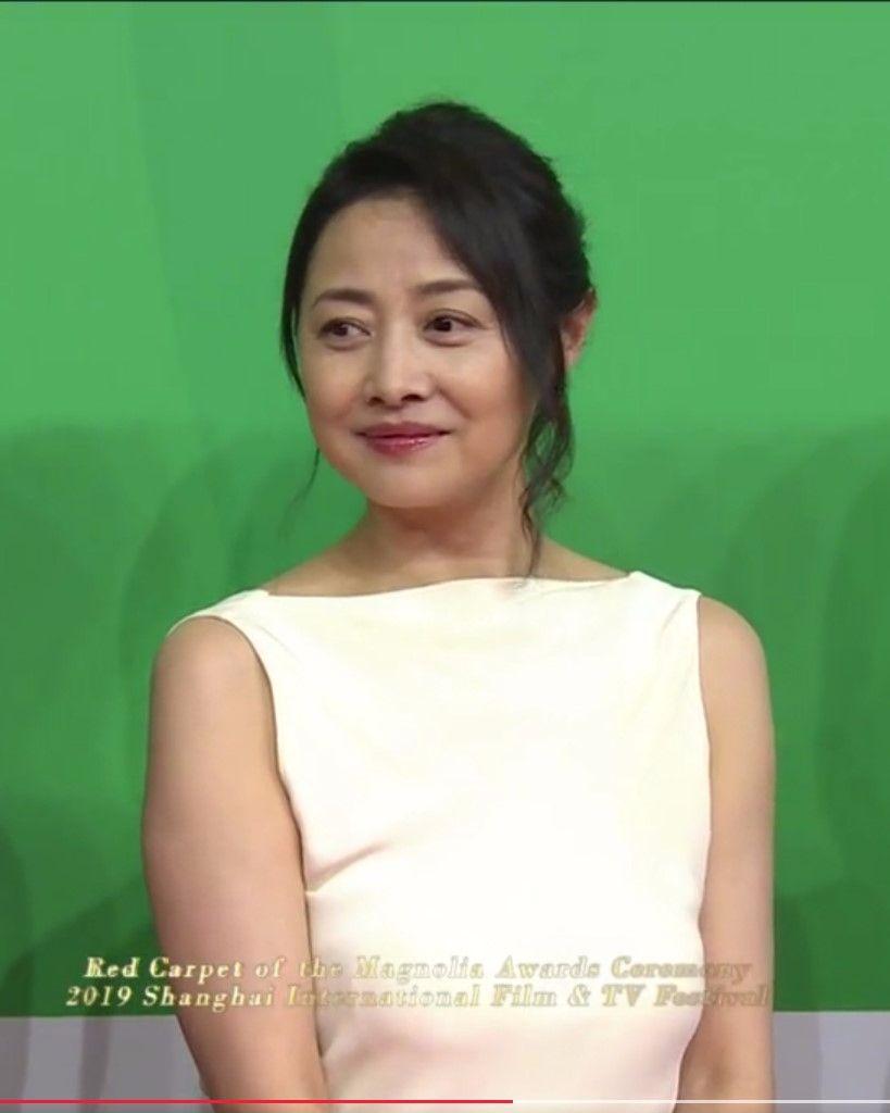 51岁刘蓓身材严重走样,眼角都是皱纹,但她从不修图!