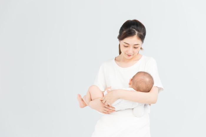 4月的宝宝奶粉喂养一个月吃几桶奶粉?先了解他的生长发育再说