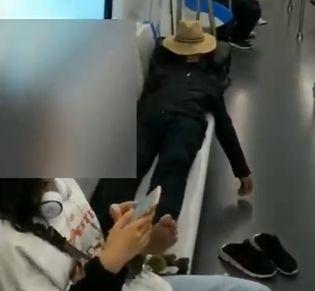 骑在大妈肉体上_地铁大妈怒打女孩:\
