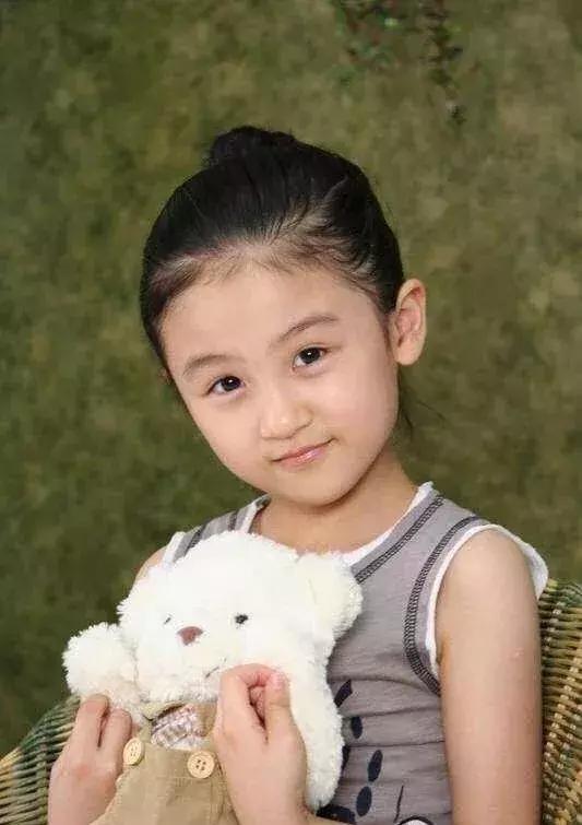 4岁出道6岁登上春晚,曾因丑被网友骂哭,如今她重回颜值巅峰(图2)