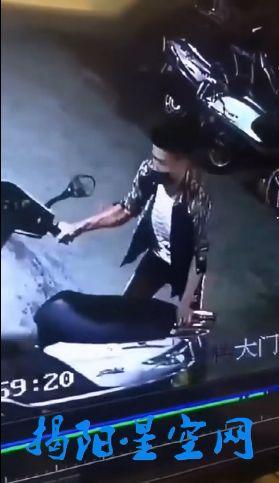 玉浦团囹�a�L_监控曝光!玉浦新区一男子淡定偷车,如同自家车辆一般