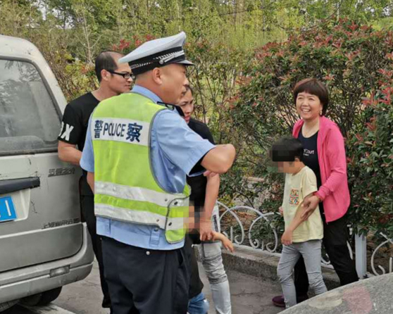 山东青岛一女孩在车内哭闹不止 司机无奈求助巡逻交警