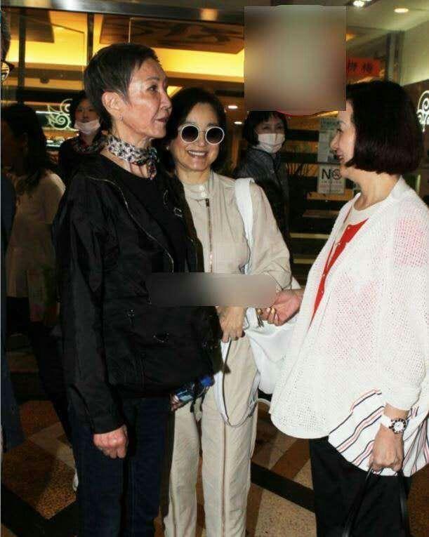 林青霞现身罗大佑演唱会做嘉宾,身材发福水桶腰明显