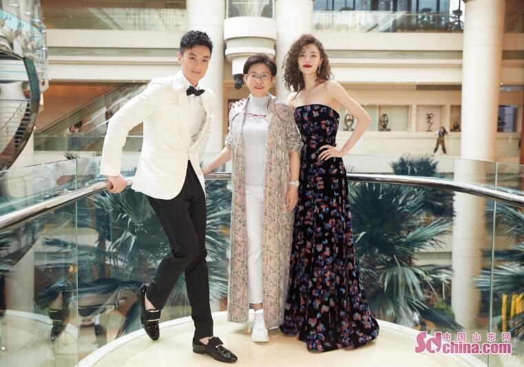 钟楚曦出席上海电影节 两度亮相红毯展现多样魅力