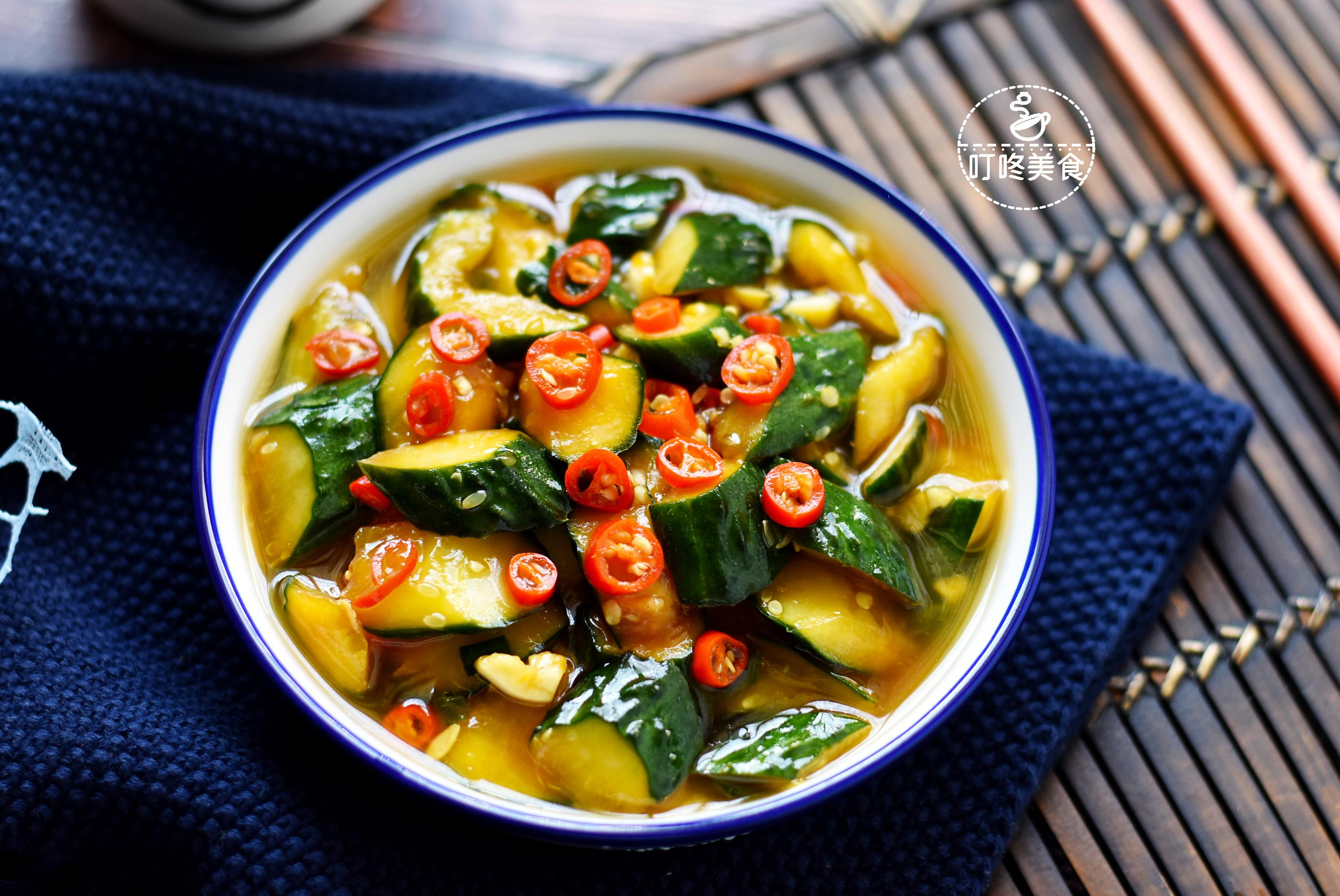 凉拌黄瓜时,别直接加调料拌,学会这些技巧,黄瓜更脆爽,更入味