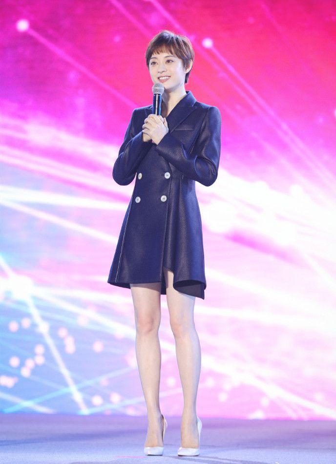 孙俪宣传新剧,穿蓝色蕾丝短裙美炸了,可她含胸驼背的仪态太减分