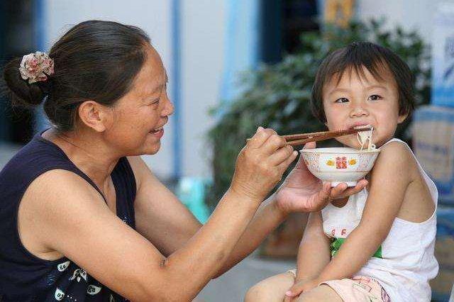 48岁外婆响应二胎政策,孩子出生后,没想到家庭关系全乱了套
