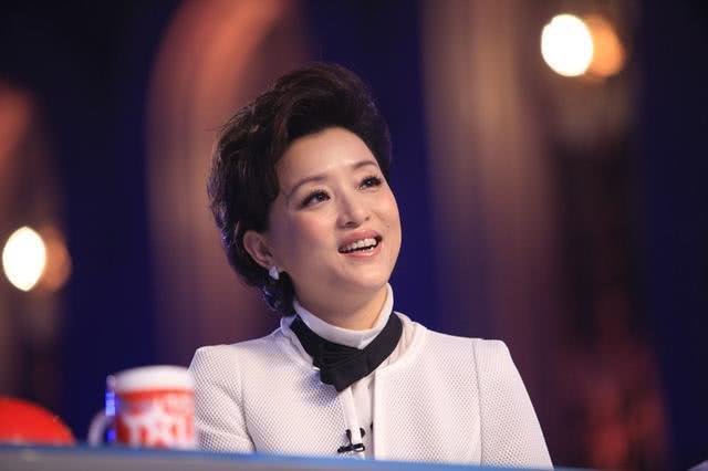 51岁杨澜近照曝光,首次携18岁女儿出席活动,丈夫更圆润