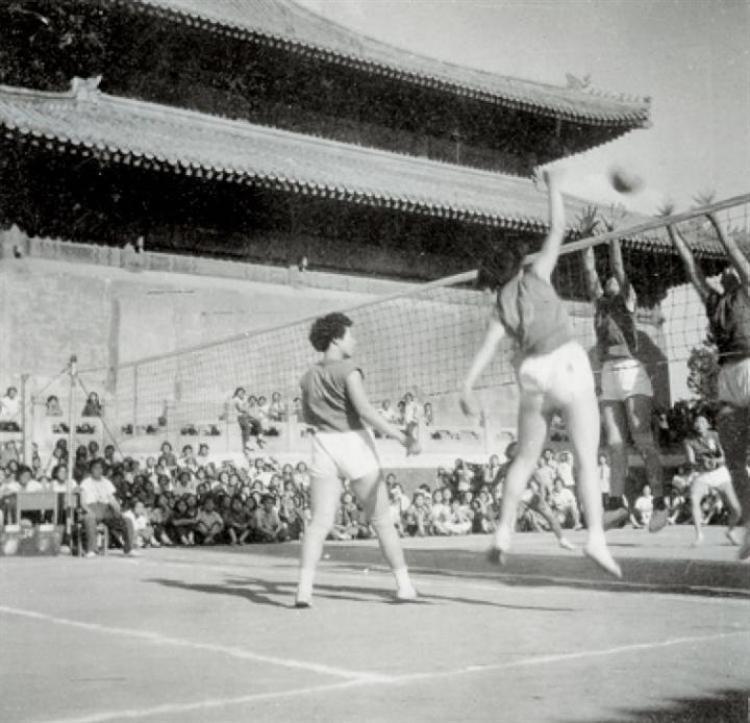 上图为腾退前的历代帝王庙前举办体育运动。下图为历代帝王庙清明哺育运动。(于志强摄)