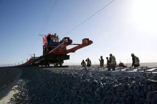 敦煌至格尔木铁路铺轨工程全面完