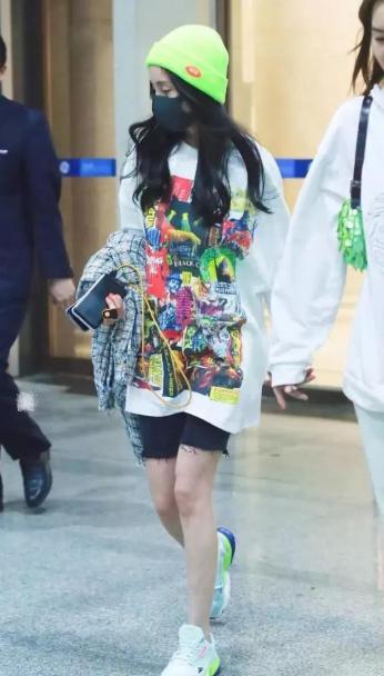 健美短裤风靡娱乐圈,李宇春搭西装,袁姗姗的花纹最复杂