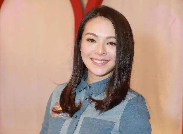 香港女歌手与豪门富二代男友简单过生日 曾把前男友介绍给邓紫棋