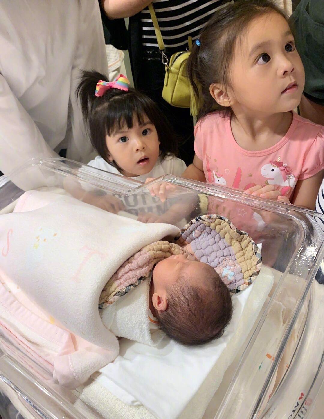 贾静雯怀抱婴儿出镜,咘咘波妞以为妈妈生了弟弟,姐妹俩高兴极了