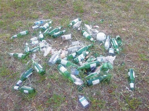 油葫芦湾风景区游客乱扔垃圾