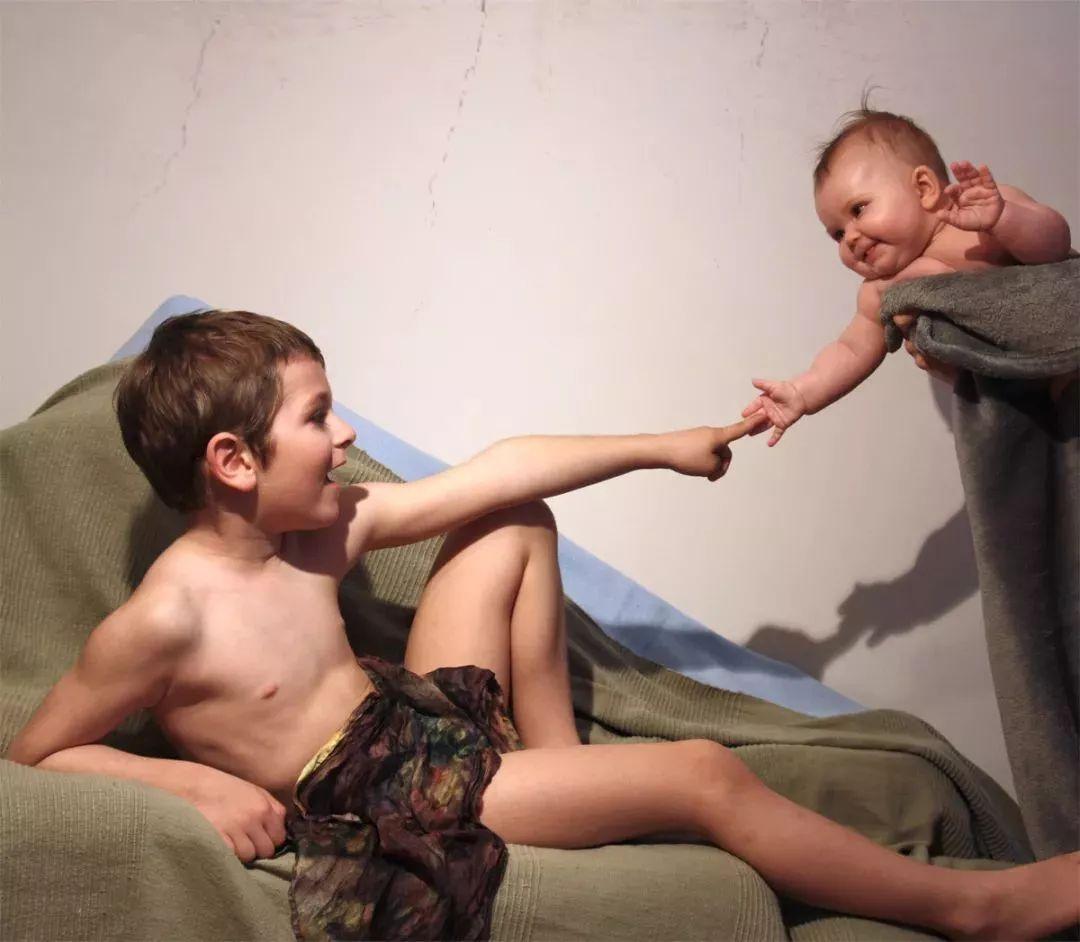 小妹妹人体艺术_1455年) 翻拍名画亚当,哥哥对裸体表示很不情愿,哈哈 最后被妹妹的