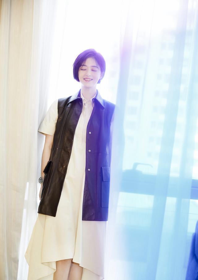 蒋欣剪掉10年长发,波波头搭薄纱抹胸斗篷裙减龄时髦插图(11)