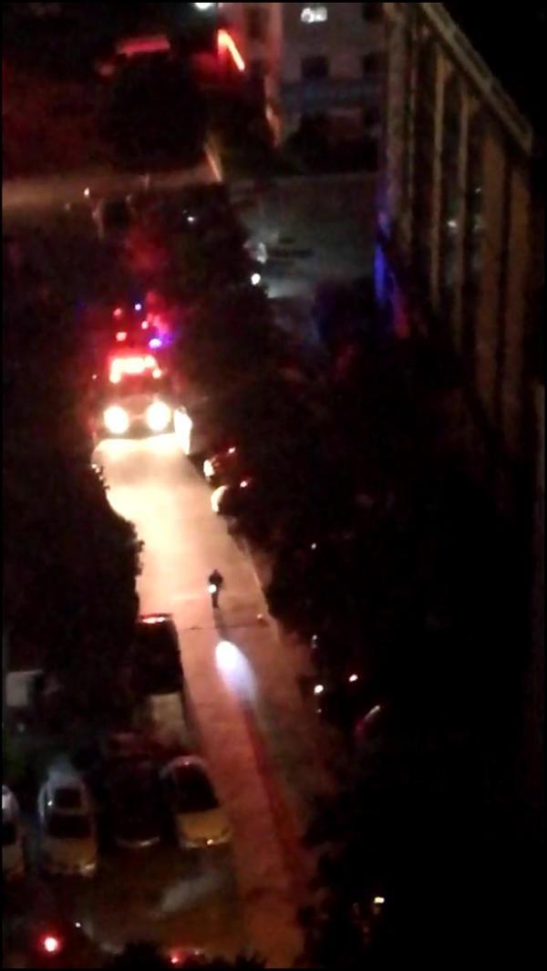 半夜起火消防通道被堵车棚、
