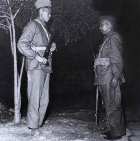 """毛主席号召将军去""""当兵"""",许世友司令员犯了啥错误遭到班长批评"""