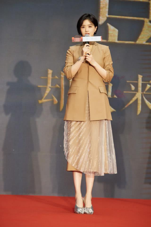蒋欣剪掉10年长发,波波头搭薄纱抹胸斗篷裙减龄时髦插图(10)