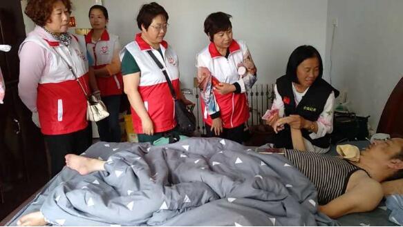 乌兰察布市先锋志愿者服务队父亲节走访慰问两户特殊家庭