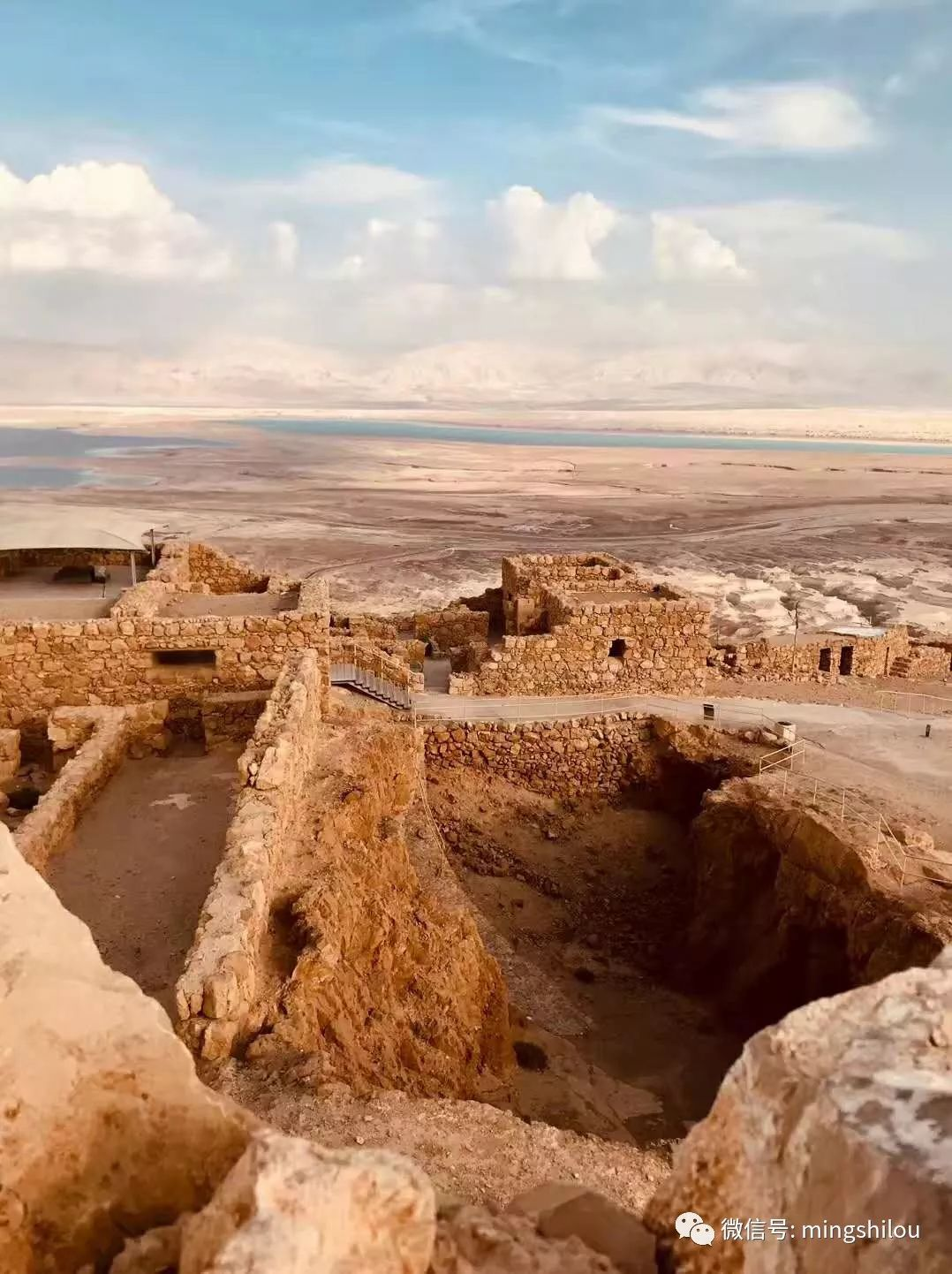 位于犹地亚沙漠与死海谷底交界处的一座岩石山顶.图片