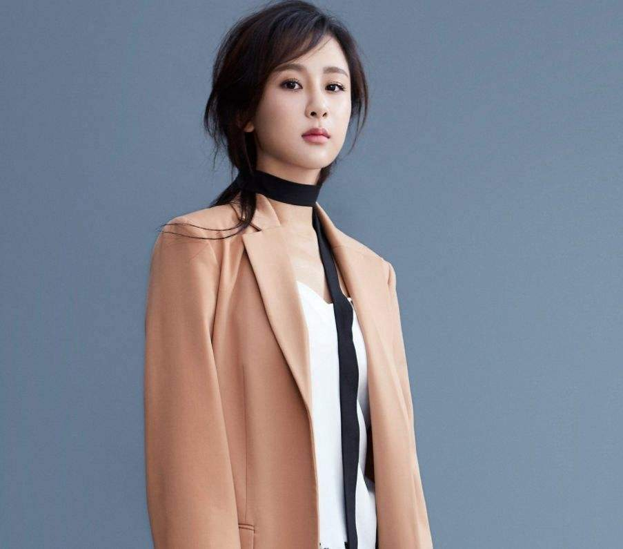 """""""可爱脸""""的杨紫终于长大了,穿衣风格不再幼稚,可帅气亦可仙气"""