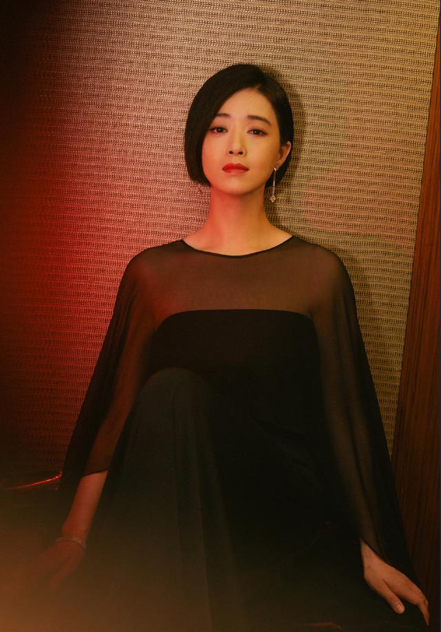 蒋欣剪掉10年长发,波波头搭薄纱抹胸斗篷裙减龄时髦插图(2)