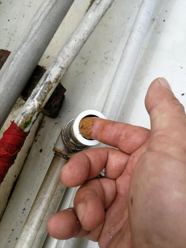发霉结垢的塑料水管危害巨大