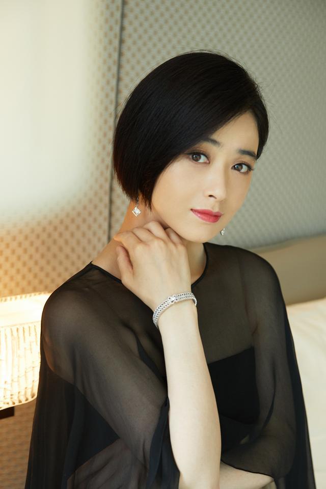蒋欣剪掉10年长发,波波头搭薄纱抹胸斗篷裙减龄时髦插图(1)