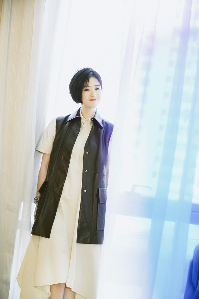 蒋欣剪掉10年长发,波波头搭薄纱抹胸斗篷裙减龄时髦插图(14)
