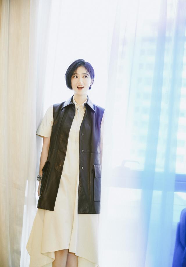 蒋欣剪掉10年长发,波波头搭薄纱抹胸斗篷裙减龄时髦插图(12)