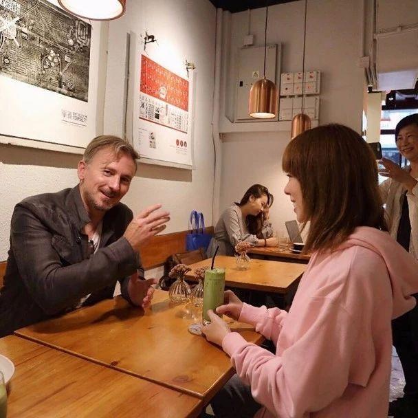 """54岁TVB御用洋人与人气女星上契:获契女大赞是""""香港宝物"""""""
