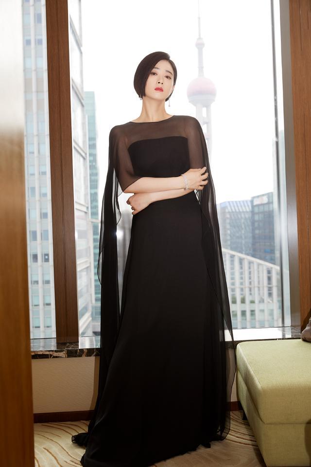 蒋欣剪掉10年长发,波波头搭薄纱抹胸斗篷裙减龄时髦插图(5)