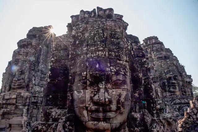 它从12世纪保存至今,建筑规模大、雕刻精,成为了埋藏爱情的圣地