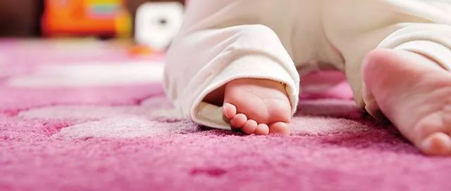 孩子喜欢光脚千万别管!否则等娃走路时,一切都晚了……_光脚的孩子