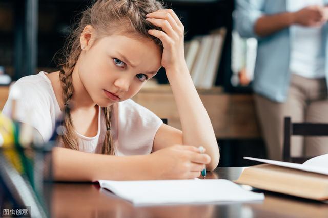 孩子的拖延,有时候是因为,家长喜欢参与进孩子的生活中,跟在后面收拾