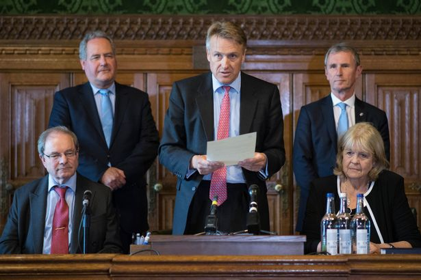 英国首相争霸战:约翰逊第三次遥遥领先,却被骂为种族
