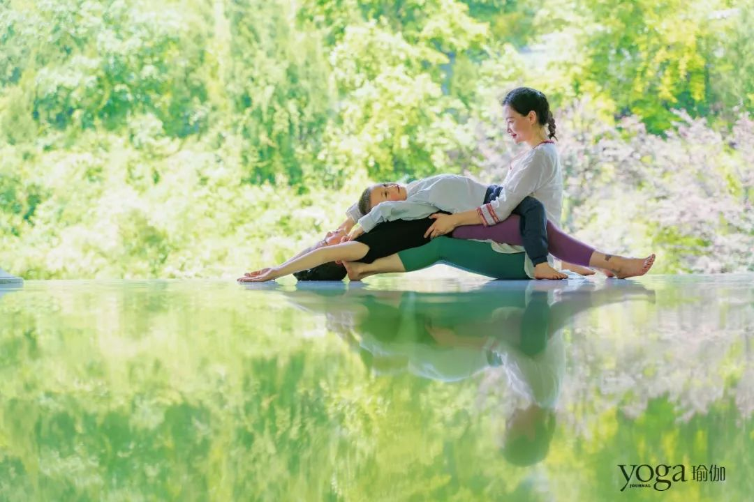 toutouluyazhousetu_05 搭起身体的浮桥  setu bandha sarvangasana, variation 做法: 1.