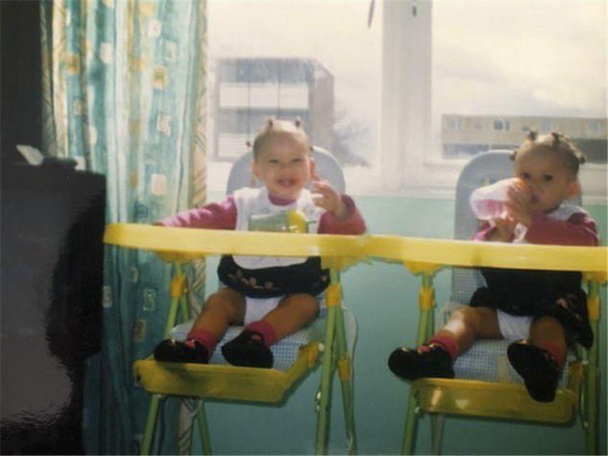 """原创 英国同卵双胞胎一切神同步,享受做""""彼此分身"""",约会很尴尬"""