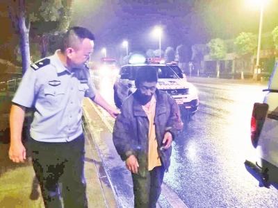 雨夜中有暖意民警护送迷路老人回家··德阳晚报数字报刊平台