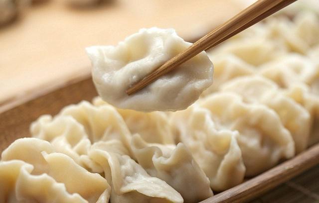 煮饺子加不加凉水 煮饺子要加3次凉水吗?掌握好这些技巧,饺子口感劲道,来学学吧